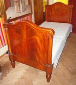 Пара кроватей из дворца.