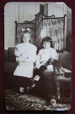 Две девочки, сидящие на диване.