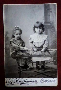 Две стоящие девочки.