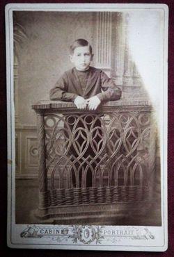 Мальчик, стоящий у балюстрады.
