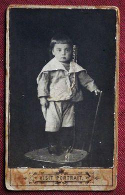 Мальчик, стоящий на стуле.