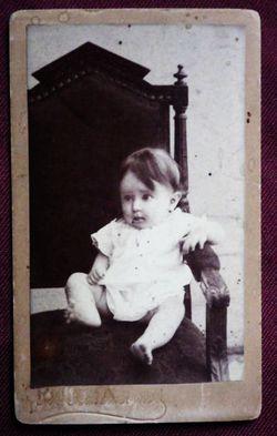 Ребёнок в кресле.