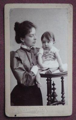 Мать с ребёнком.