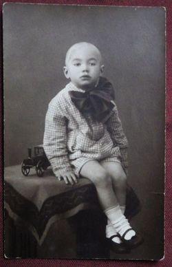 Мальчик с игрушечной машинкой.