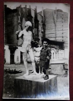 Мальчик со скульптурой.