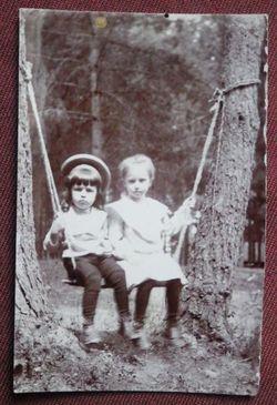 Мальчик и девочка на качелях.