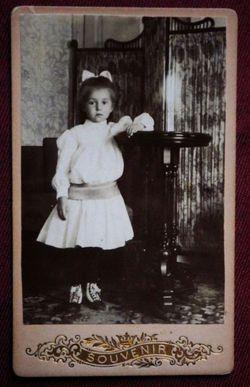Девочка у столика.