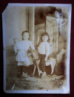 Две девочки с лошадкой.