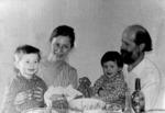 А.Х. Белявский в кругу семьи- с женой Натальей Анатольевной, сыном Ильей и дочерью Марией. 1975 год.