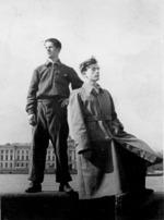 Альберт Белявский (слева)  и его товарищ по Академии художеств Иосиф Якерсон на набережной Невы напротив здания Академии. 1950-е годы.