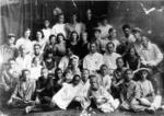 Группа преподавателей и учащихся Ташкентского художественного училища. В центре снимка-А.Г.Гуляев (преподаватель положил ему руку на плечо).Вторая половина 1930-х гг.