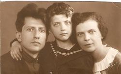Невельштейн С.Г., его жена Мария Петровна и их сын Валерий. Фотография 1936 года.