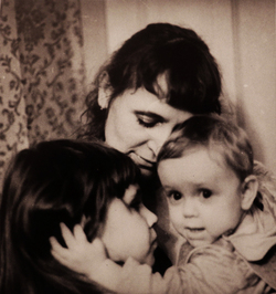 Галина Попова (Рухина) с дочерьми Машей и Лизой. Фотография Игоря Пальмина. 1970-е г.г.