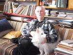 Д.П. Бучкин с псом Тихоном в мастерской художника на   Песочной набережной. 2011 год